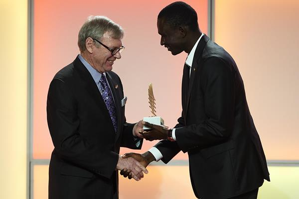 Peter Snell presents David Rudisha with the male performance of the year award at the 2012 IAAF Gala (Getty Images)
