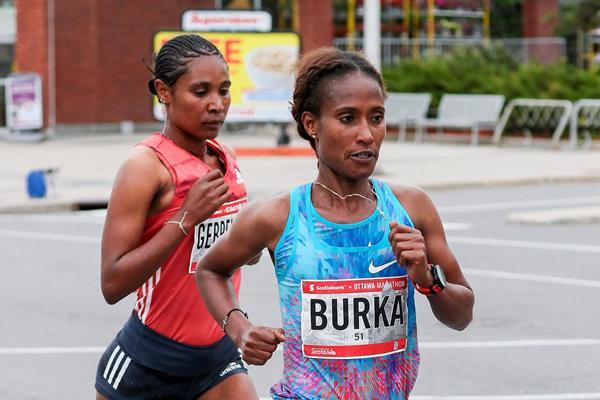 Gelete Burka en route to her Ottawa Marathon victory (Kevin Morris (organisers))