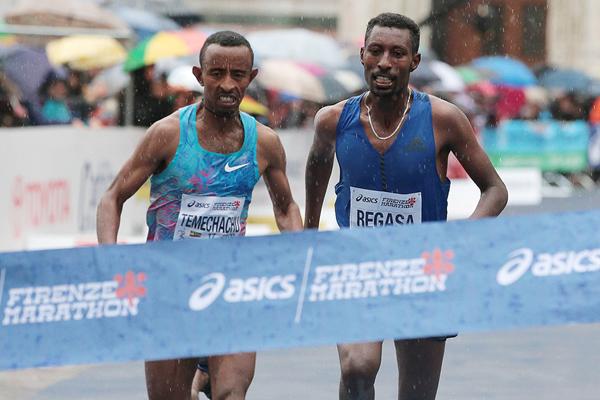 Zelalem Regasa Bacha (right) wins the Florence Marathon (Giancarlo Colombo / organisers)