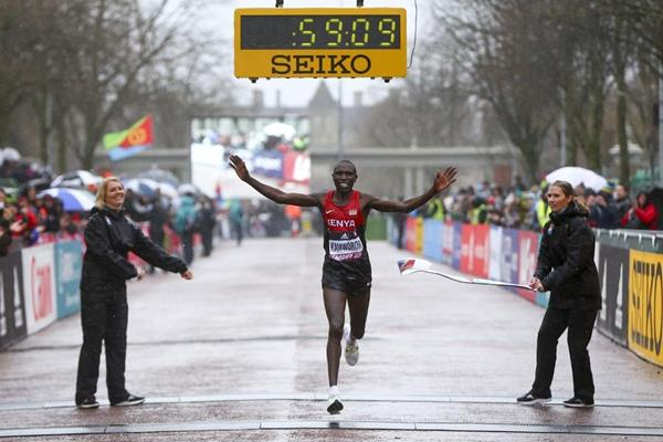 Geoffrey Kamworor wins the men's race at the IAAF/Cardiff University World Half Marathon Championships Cardiff 2016 (Getty Images)
