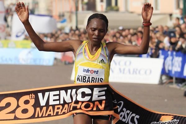 Mercy Kibarus wins the women's race at the 2013 Venice Marathon (Jean-Pierre Durand)