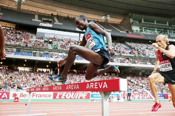 Jairus Birech leading Evan Jager in the 3000m steeplechase at the 2015 IAAF Diamond League in Paris (Jiro Mochizuki)