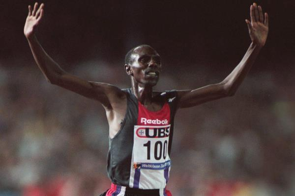Moses Kiptanui breaks the steeplechase world record in Zurich (Getty Images)