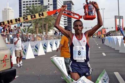 Dejene Guta (ETH) wins the 2004 Dubai marathon (Jorge Ferrari)