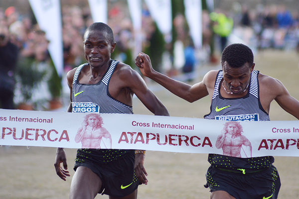 Aweke Ayalew (right) beats Timothy Toroitich (left) at the Cross de Atapuerca (Fundación Anoc)
