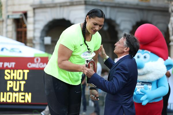 Valerie Adams receiving the Diamond Trophy from IAAF President Sebastian Coe in Brussels (Giancarlo Colombo)