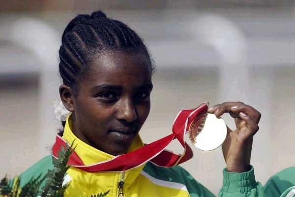 Tirunesh Dibaba  (ETH) shows her women's World junior gold medal with pride (Getty Images)
