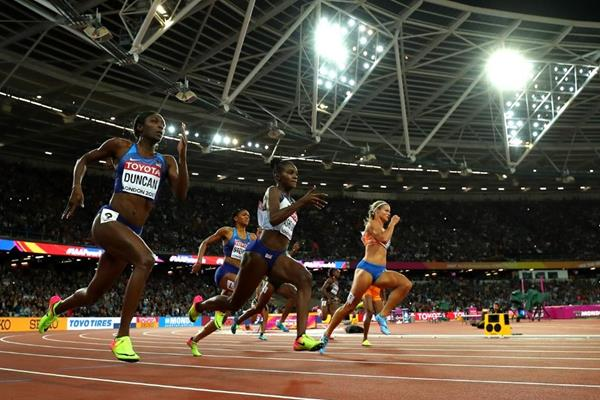 Heading for home -- off the turn in the women's 200m final at the IAAF World Championships London 2017 (Getty Images)
