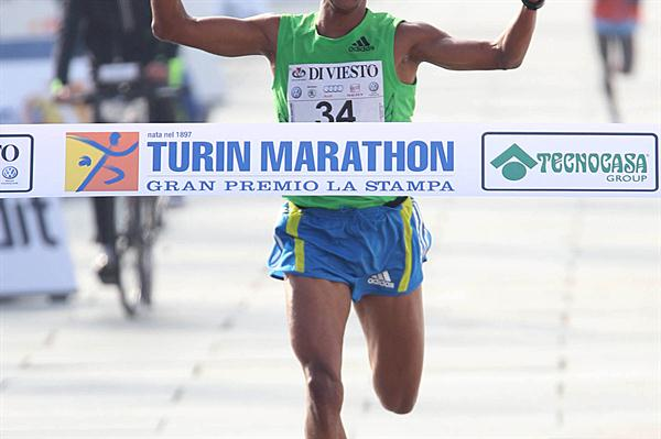 Ennaji El Idrissi takes the 2010 Turin Marathon (Giancarlo Colombo)