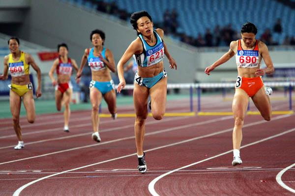 Huang Xiaoxiao (c), winning the 400m hurdles at the 10th Chinese National Games (Jiro Mochizuki-Agence SHOT)