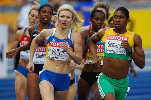 Tetiana Petlyuk of Ukraine and 800m World Leader Caster Semenya of South Africa compete in the women's 800m semi-final (Getty Images)