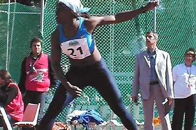 Eunice Barber throwing the Javelin in Talence (P-J Vazel)