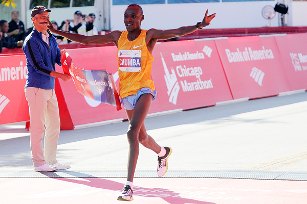 Dickson Chumba wins the Chicago Marathon (Getty Images)