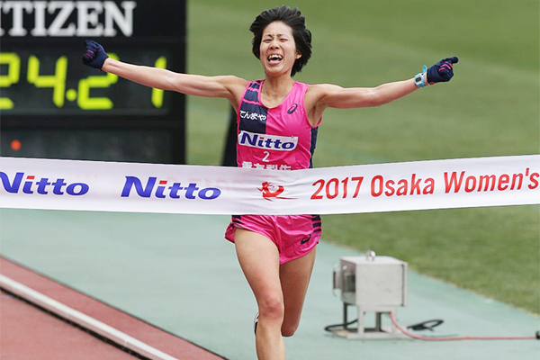 Risa Shigetomo winning the 2017 Osaka Women's Marathon (Toshikazu Hirayama/Agence Shot)
