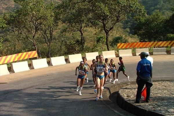 2008 Obudu Ranch Mountain Race - Andrea Mayr leading at the 3km point with Tufa on her elbow poised to break up the leading group (Danny Hughes)