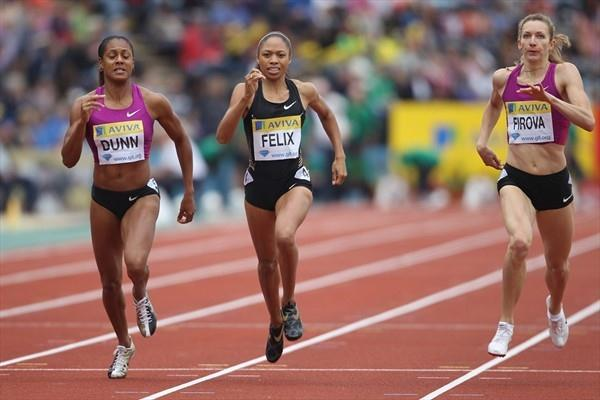 Battle to the end - Allyson Felix (c) fends off Debbie Dunn (l) and Tatyana Firova (r) to take the London 400m (Getty Images)