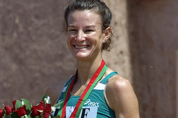 Sonia O'Sullivan after taking gold at the 1998 IAAF World Cross Country Championships (Getty Images)