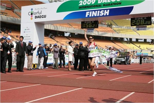 Jee (Ji) Young-Jun wins the 2009 Daegu International Marathon (Daegu 2011 LOC)