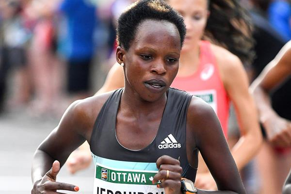 Peres Jepchirchir en route to victory at the Ottawa 10K (Bruce Wodder/Photo Run)