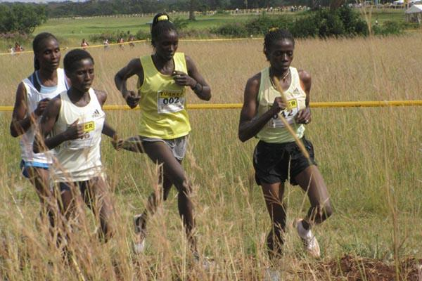 Prisca Jepleting (r) leads the senior women's race followed by Fridah Domongole and winner Florence Kiplagat (Joseph Kanyi)