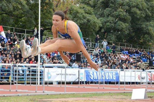 Maureen Maggi jumping at the 2011 South American Champs (Consudatle)