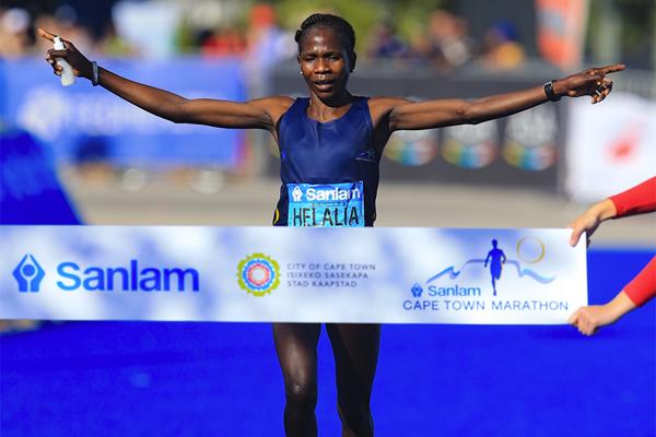 Helalia Johannes wins the Cape Town Marathon (Roger Sedres / organisers)