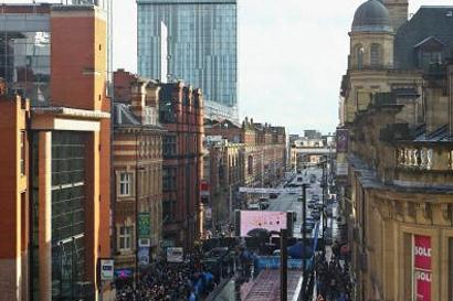 Bird's eye view of Usain Bolt running the BUPA Great City Games 150m in Manchester (Getty Images)