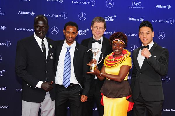 Tegla Loroupe and the Olympic Refugee Team with their Laureus Sporting Inspiration award (Getty Images)