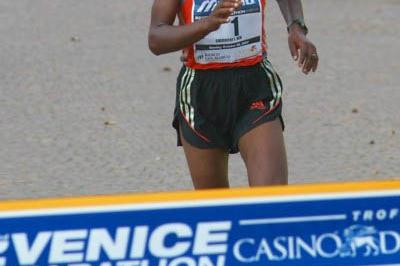 Lenah Cheruiyot en route to her course record at the Venice Marathon (Lorenzo Sampaolo)