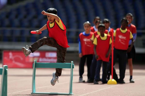 The hurdles shuttle relay at the IAAF / Nestlé Kids' Athletics workshop in New Delhi (AFI)