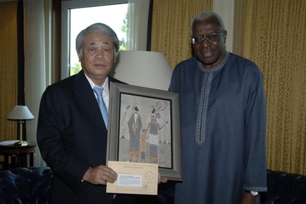 President of TBS Television Toshichika Ishihara and IAAF President Lamine Diack in Berlin - 19 Aug 2009 (IAAF.org)