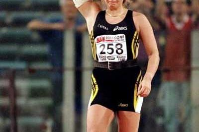 Trine Hattestad about to throw at the 1998 Golden Gala (Getty Images)