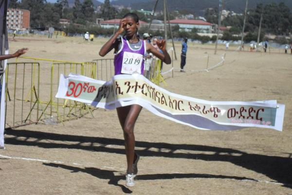 Hiwot Ayalew takes the women's race at the Erthiopian World Cross Country Trials (Bizuayehu Wagaw)