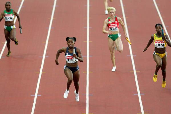 Lauryn Williams anchors the US 4x100m team to gold (Getty Images)