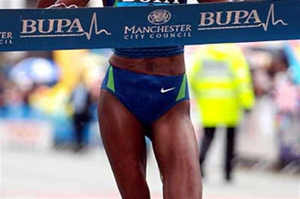 Berhane Adere (ETH) wins the 2006 women's BUPA Great Manchester Run 10km (Peter Langdown)