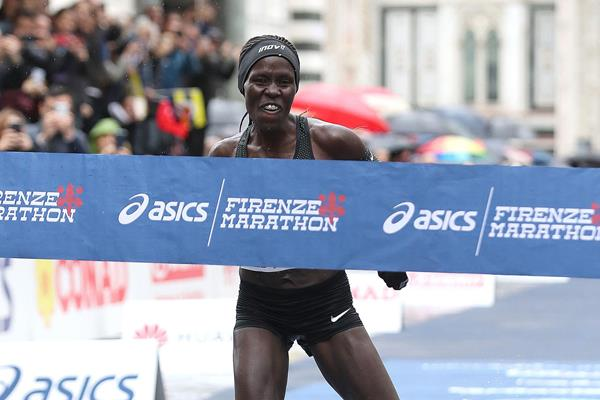Lonah Chemtai Salpeter wins the 2018 Florence Marathon (Giancarlo Colombo)