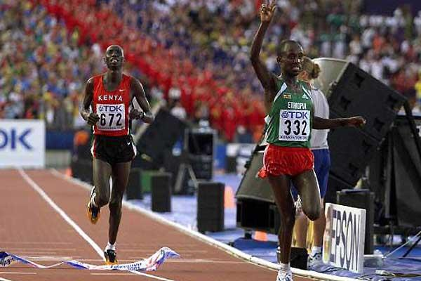 Gezahegne Abera (ETH) just clinches World Championships Marathon title ahead of Simon Biwott (Getty Images)