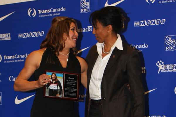 Priscilla Lopes-Schliep (l) receives the Canadian Athlete of the Year award from Charmaine Crooks (Athletics Canada)