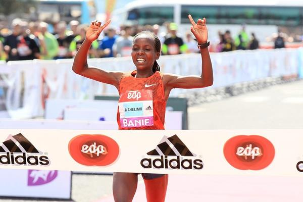 Rose Chelimo winning at the 2015 EDP Lisbon Half Marathon (Victah Sailer / Photorun.com)