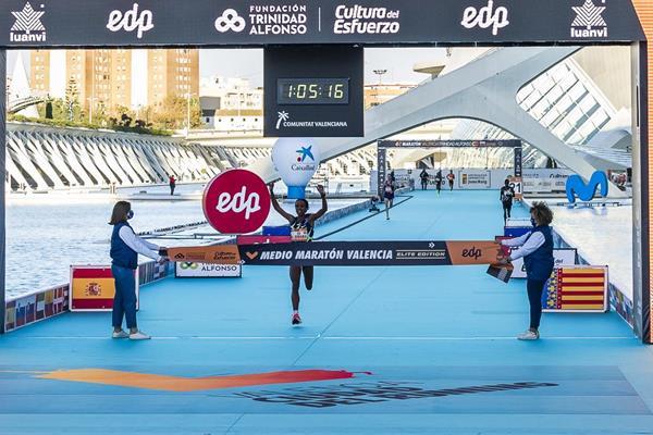Genzebe Dibaba takes the 2020 Valencia Half Marathon (Organisers)