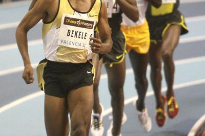 Kenenisa Bekele on the way to 3000m win in Valencia permit meeting (Julio Fontán)