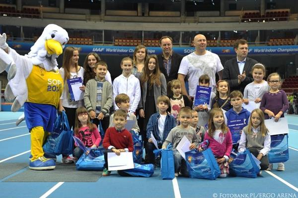 Sopot 2014 mascot Sopotek, Szymon Ziolkowski, and children's prize winners at the official opening of the ERGO Arena (Organisers)