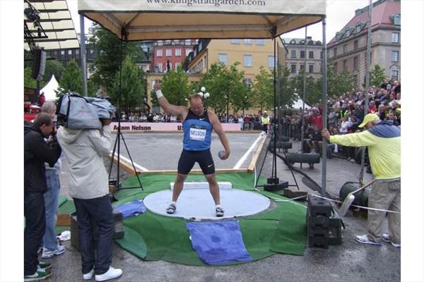 Adam Nelson prepares to put in Stockholm's Kungsträdgården (Chris Turner)