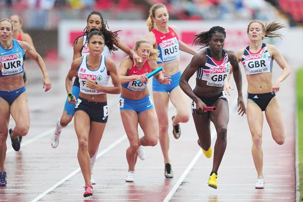 Christine Ohuruogu on the last leg of the 4x400m at the 2013 European Team Championships (Getty Images)