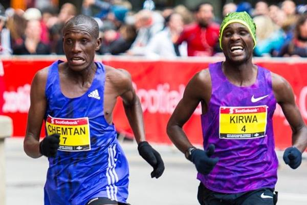 Ishhimael Chemtan out-sprinting Gilbert Kirwa at the 2015 Toronto Waterfront Marathon (Christine Spingola/Canada Running Series)
