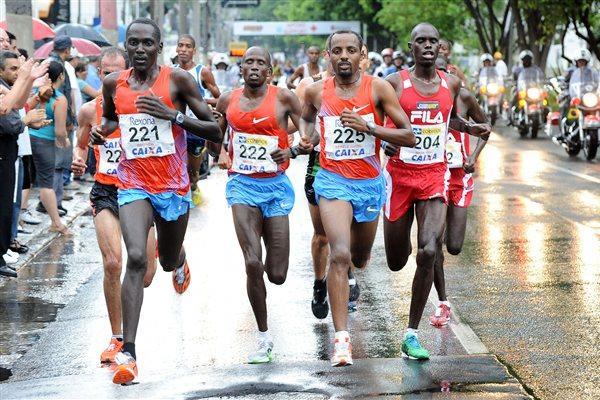 Tariku Bekele (225) en route to victory through the Sao Paulo rain (Sérgio Shibuya/organisers)