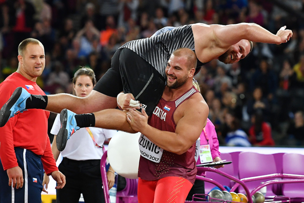 Tom Walsh celebrates shot put gold  (Getty Images / AFP)