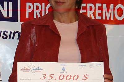 Russia's Madina Biktagirova with her winner's cheque in Istanbul in 2006 (c)