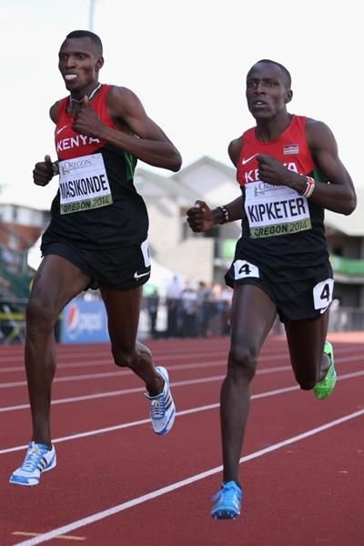 Alfred Kipketer leads the 800m from Joshua Masikonde at the IAAF World Junior Championships, Oregon 2014 (Getty Images)