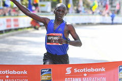 Eliud Kiptanui wins the Ottawa Marathon (Bruce Wodder (Photorun) / organisers)